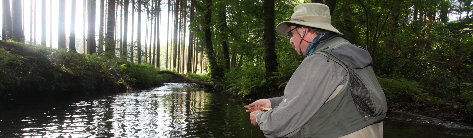Rudy van Duijnhoven beim Fliegenfischen an den Hirschberger Bächen