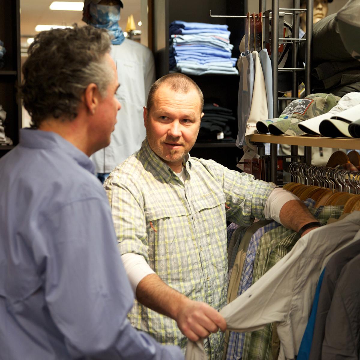 Sascha Bachmann berät beim Hemdenkauf