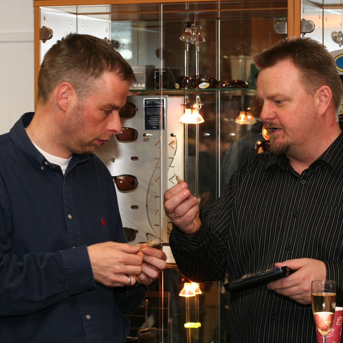 Fliegenbinder Andy Weiß und Thomas Hansen