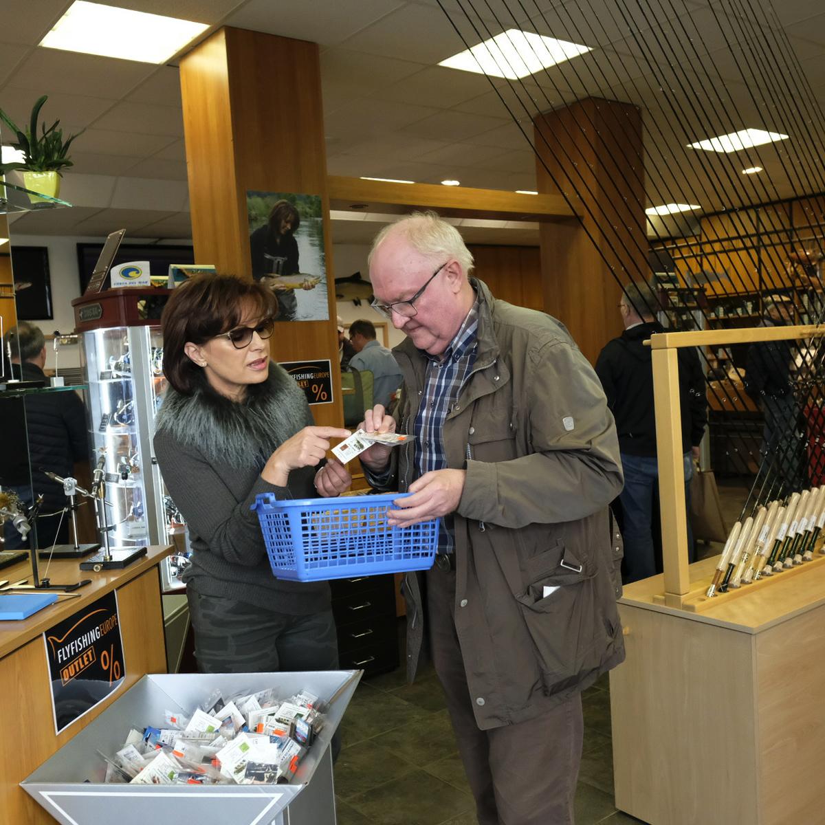 Mirjana Pavlic beim beraten von Kunden