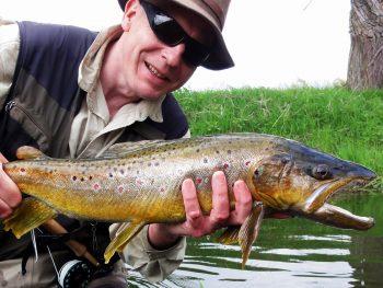 Michael Müller vom Fliegenfischer-Forum mit Bachforelle