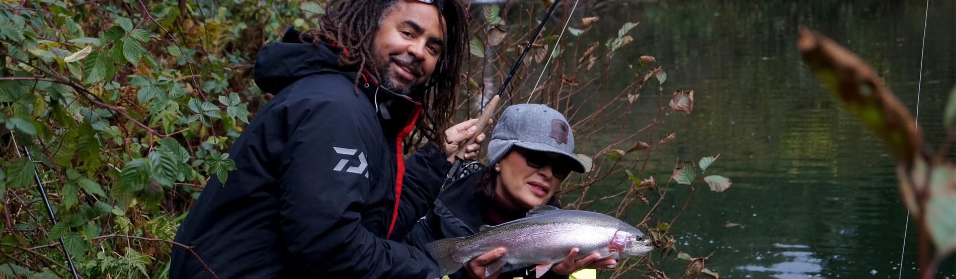 Mirjana Pavlic und Patrick Owomoyela beim Fliegenfischen