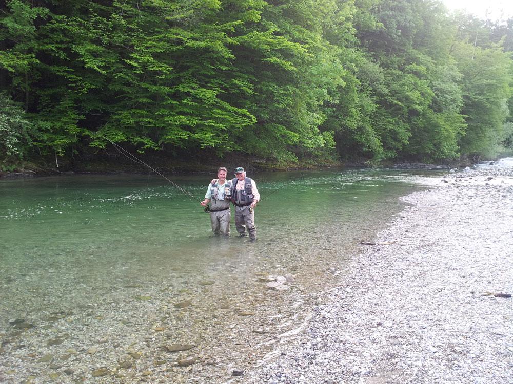 Fliegenfischer am Fluss in Slowenien
