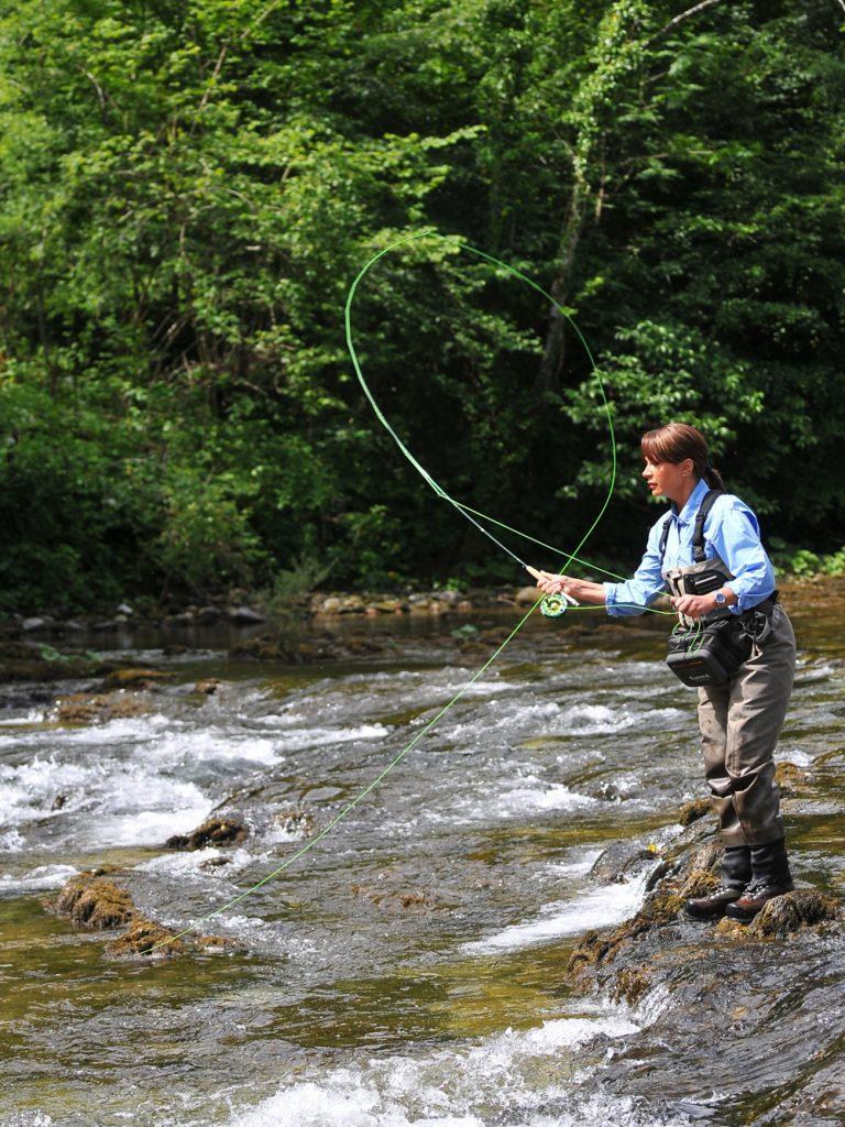 Mirjana Pavlic beim Fliegenfischen in Slowenien