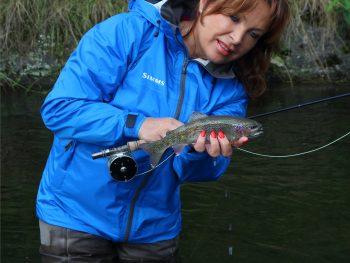 Mirjana Pavlic mit Saracione Fliegenrolle und Regenbogenforelle