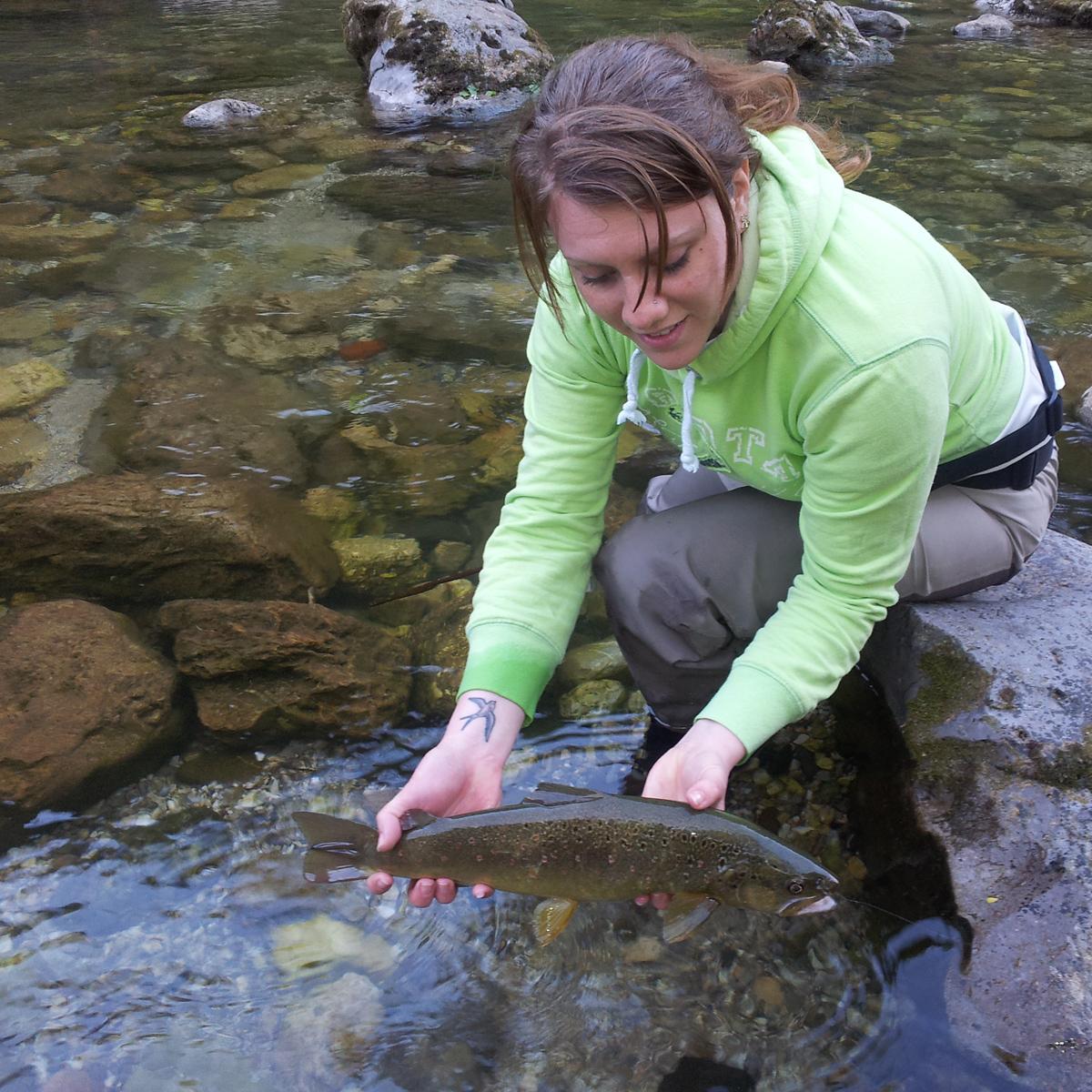 Fliegenfischerin Sonja mit Bachforelle