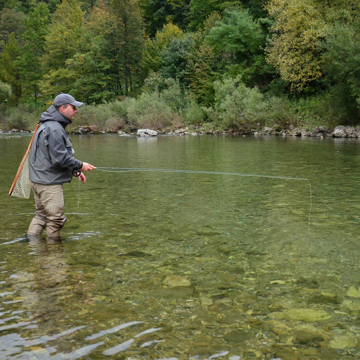 Fliegenfischen am Fluss in Slowenien