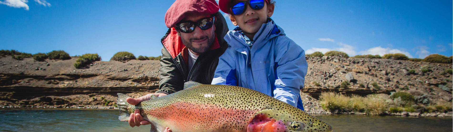Angler mit großer Regenbogenforelle