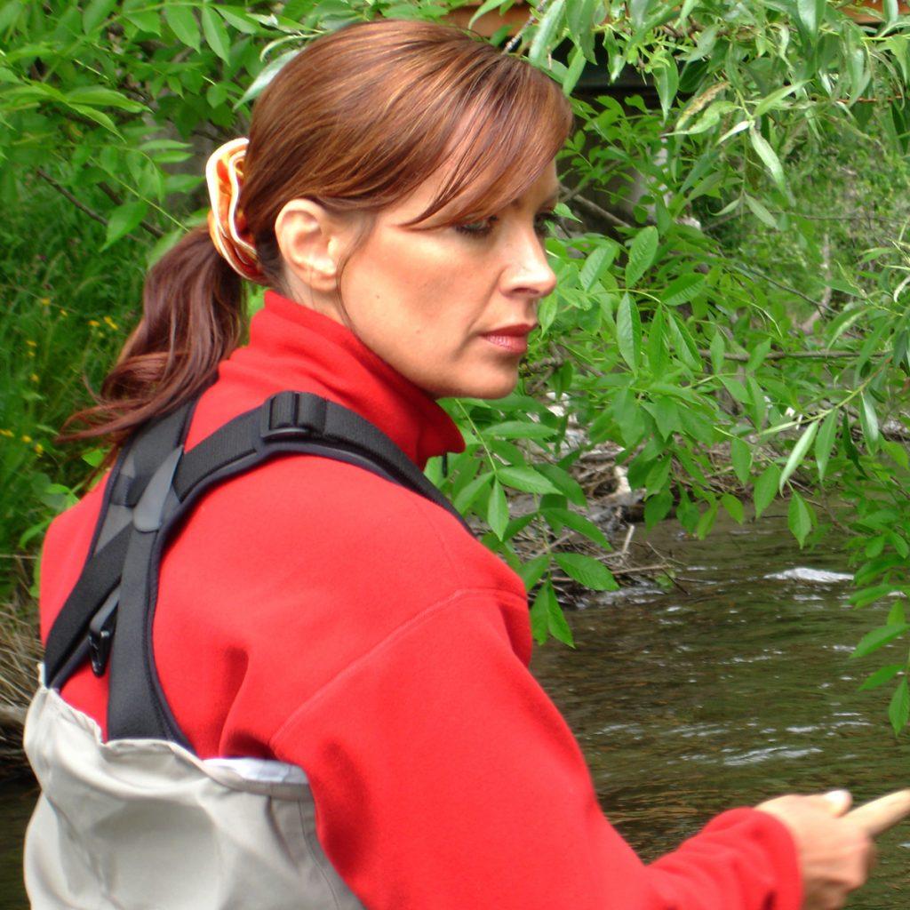 Mirjana Pavlic beim Fliegenfischen am Bach