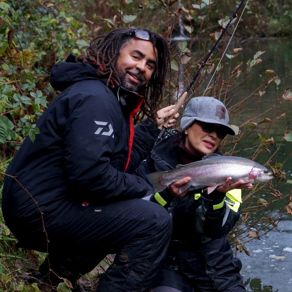 Mirjana-Pavlic-und-Patrick-Owomoyela-fischen-gemeinsam-schoene-Regenbogenforelle