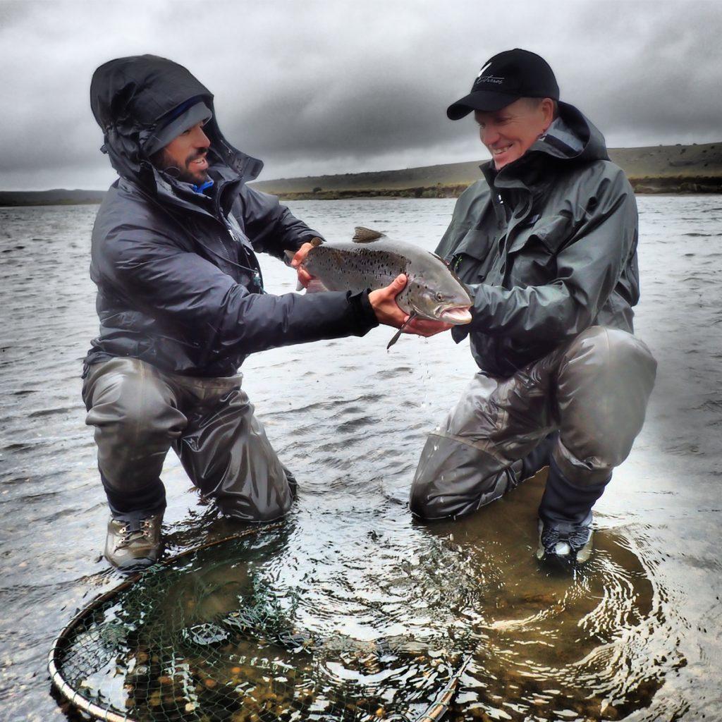 Ronny-Anden-mit-schoener-Meerforelle-in-Argentinien