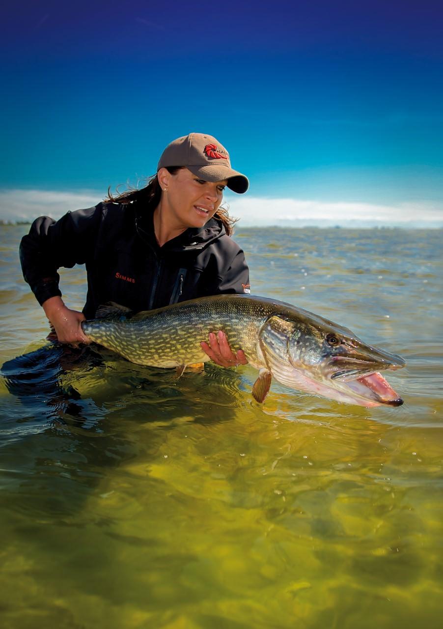Mirjana Pavlic beim Fliegenfischen auf Hecht